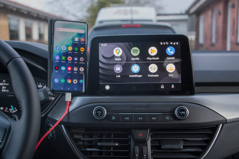 18_android_auto_ready_apple_carplay.jpg