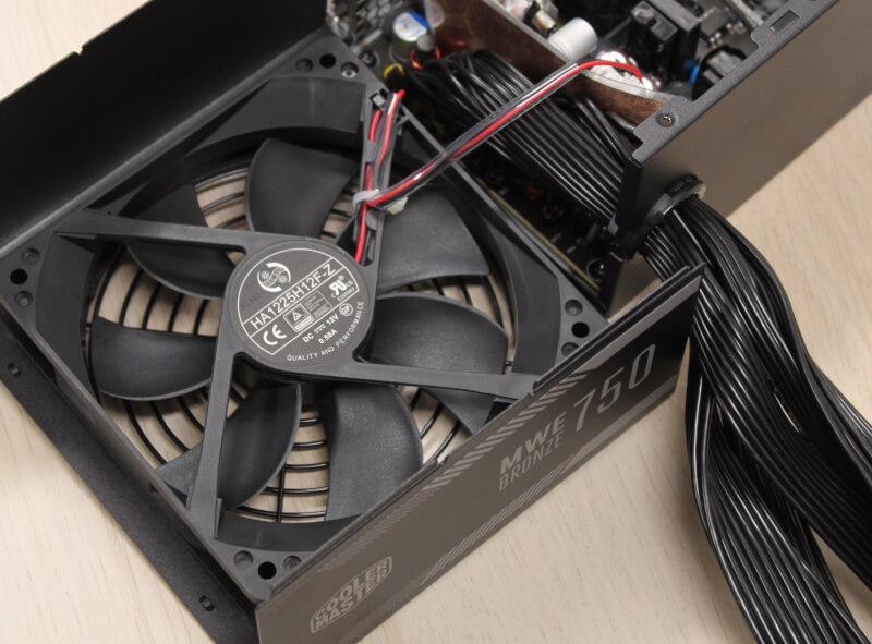 19_blæser_modellen_cooler_master_strømforsyning_120mm.JPG