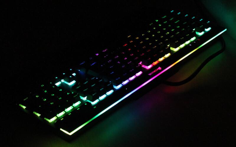 35_LED_bar_i_toppen_corsair_RGB_lys_mørke_gennemgang_gaming_tastatur.JPG