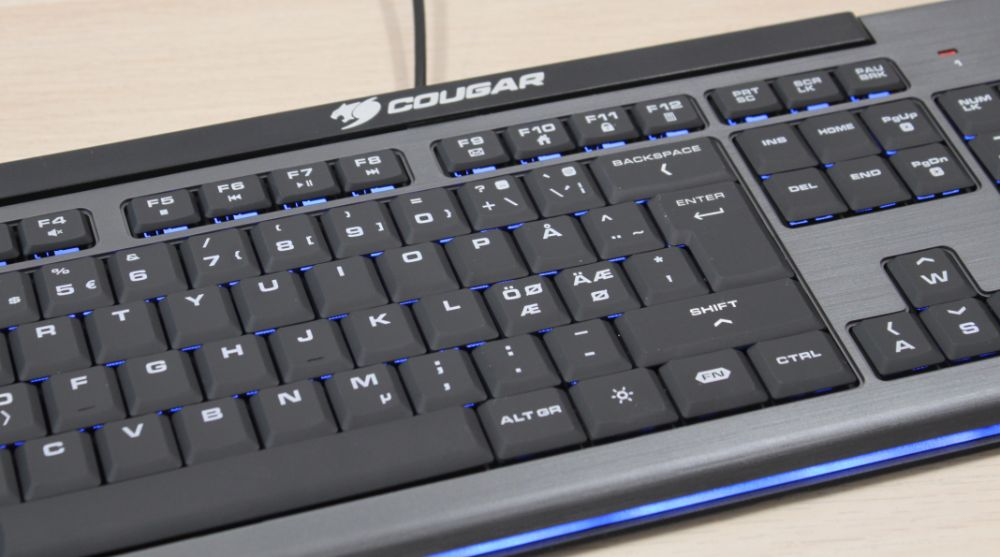 16_Cougar_200K_budget_gamer_tastatur_close_up_blå.jpg