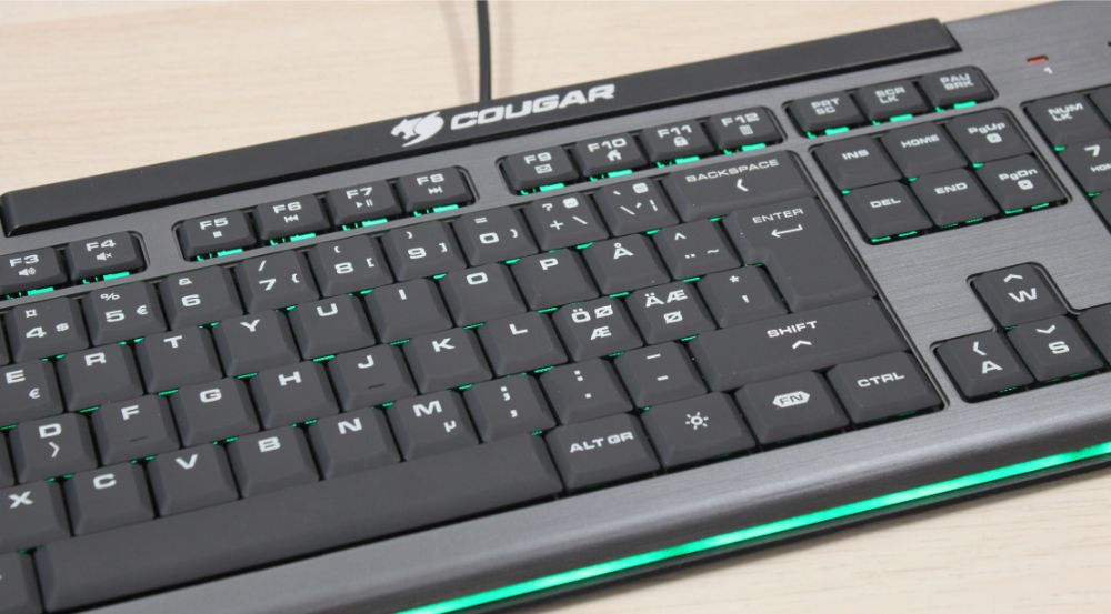 17_Cougar_200K_budget_gamer_tastatur_close_up_grøn.jpg