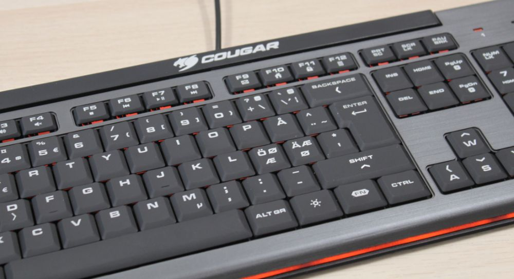 18_Cougar_200K_budget_gamer_tastatur_close_up_rød.jpg