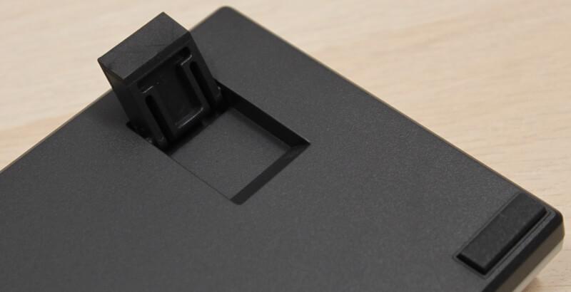 19_fødder_foldet_ud_komfort_ergonomi_cooler_master_sk622_Tastatur.JPG