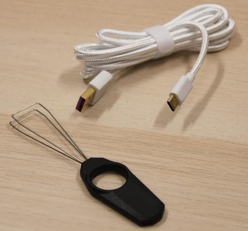 8_hvidt_USB-c_kabel_inkluderet_værktøj_fjernelse_af_knapper_cooler_master_sk622.JPG
