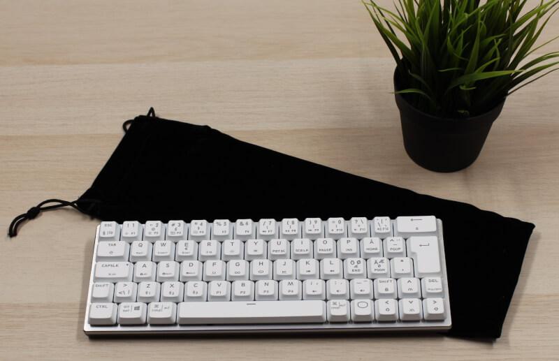 9_tastatur_layout_og_Design_hvidt_sølv_Stilrent_minimalt_cooler_master_transportpose.JPG