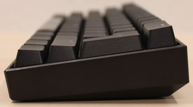 sideprofil_tykt_ingen_højde_justering_corsair_k65_rgb_mini_mekanisk_tastatur