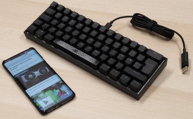 størrelses_sammenligning_oneplus_smartphone_mini_tastatur_mekanisk_corsair_k65_rgb_mini